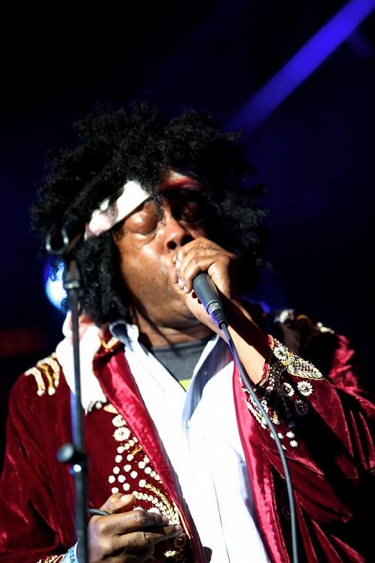 Winslow umí napodobit kytarová sóla Jimmyho Hendrixe.