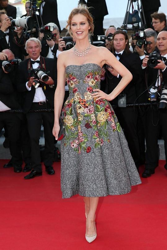 Nebylo žádným překvapením, že si Eva Herzigová na červený koberec oblékla žakárové šaty bez ramínek právě z italského módního domu Dolce & Gabbana, kterému propůjčila svou tvář.