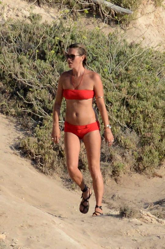 Kate Moss na dovolené předvedla, že je stále ve formě.