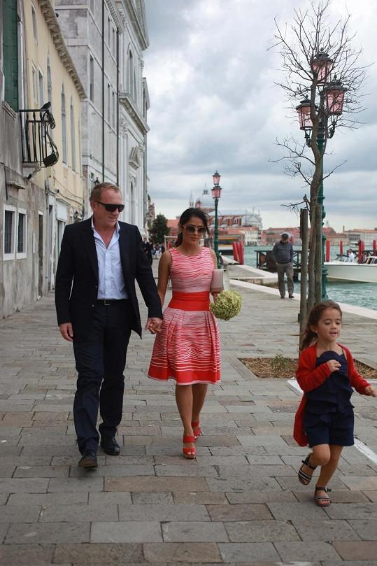Salma Hayek s manželem a jejich dcerou v Benátkách.