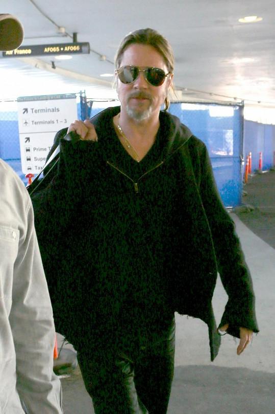 Brad Pitt na letišti v Los Angeles.