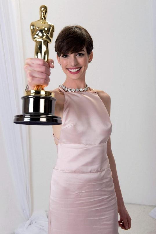 Anne Hathaway uchvátila jako Fantine v Bídnících.