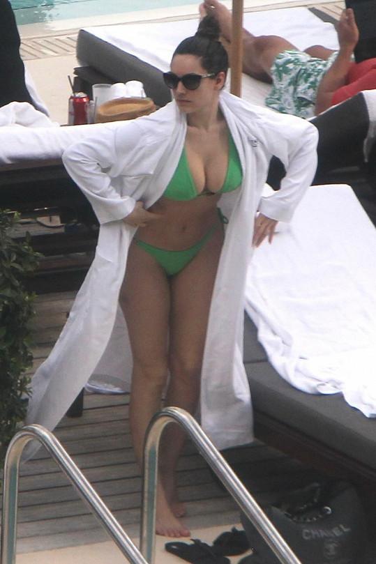 Kelly Brook vystavuje své vnady na pláži v Miami.