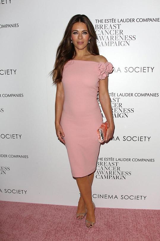 V New Yorku se předvedla v růžových šatech.