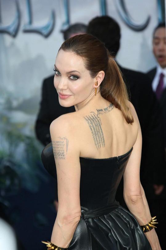 Angelina Jolie má údajně sedmnáct různých tetování.