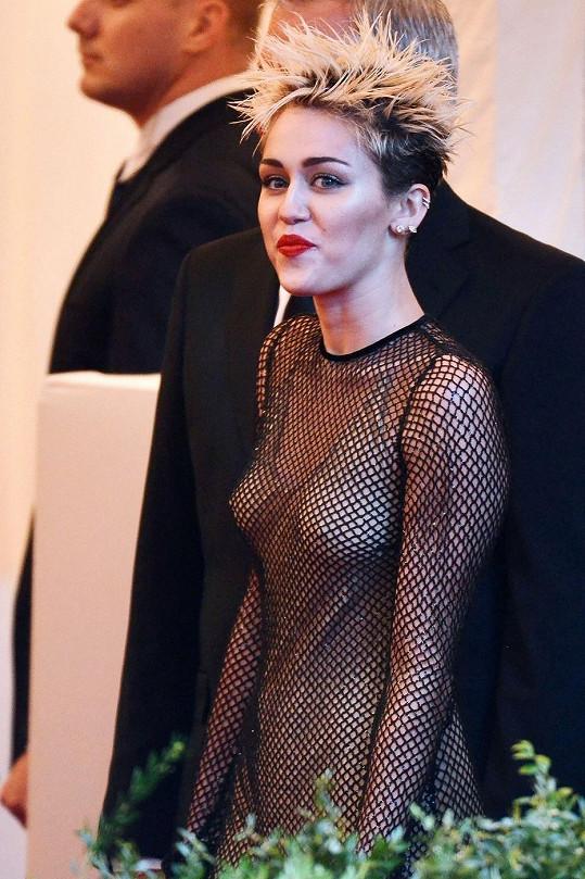 Miley Cyrus dobře ví, jak na sebe upoutat pozornost.