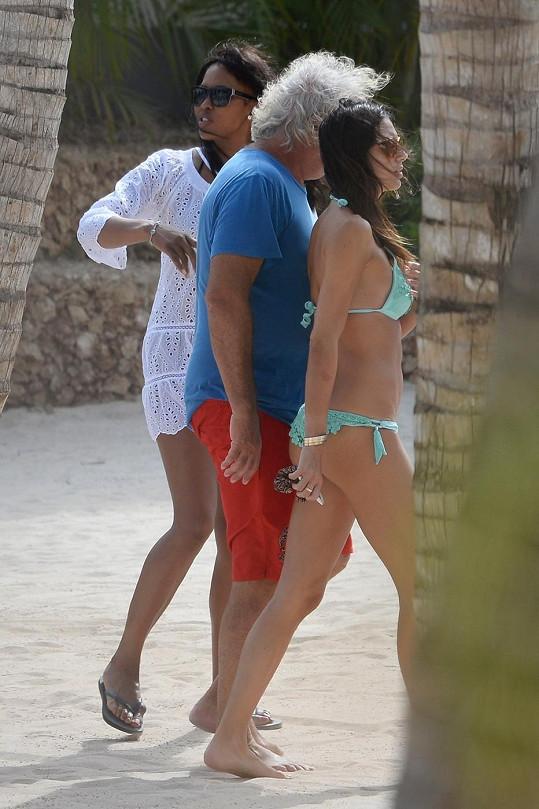 Naomi trávila povánoční čas se svým ex Flaviem Briatorem a jeho manželkou (v zelených bikinách).