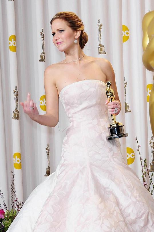 Oceněná Jennifer Lawrence za snímek Terapie láskou na Oscarech upadla, ale dokázala se s tím popasovat po svém.