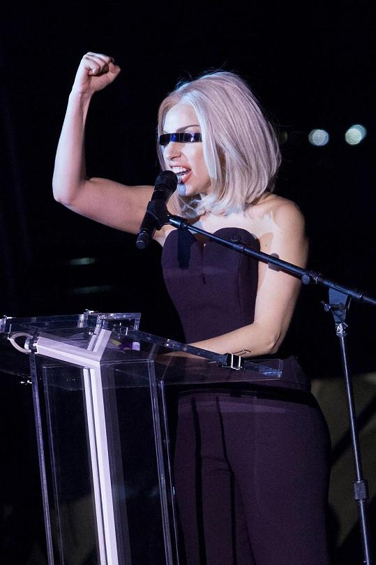 Páska přes oči byla jediným drobným úletem, se kterým zpěvačka vyšla.