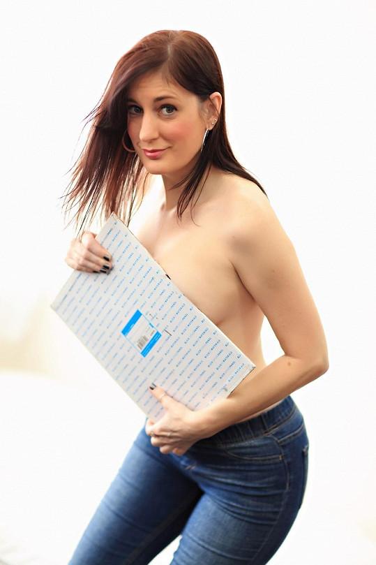 Marcey umí svá prsa využít na maximum.