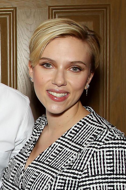 Scarlett je čerstvou maminkou.