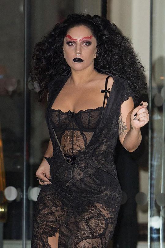 Lady Gaga v krajkových šatech