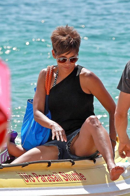 Halle Berry si stále může dovolit sexy oblečení.