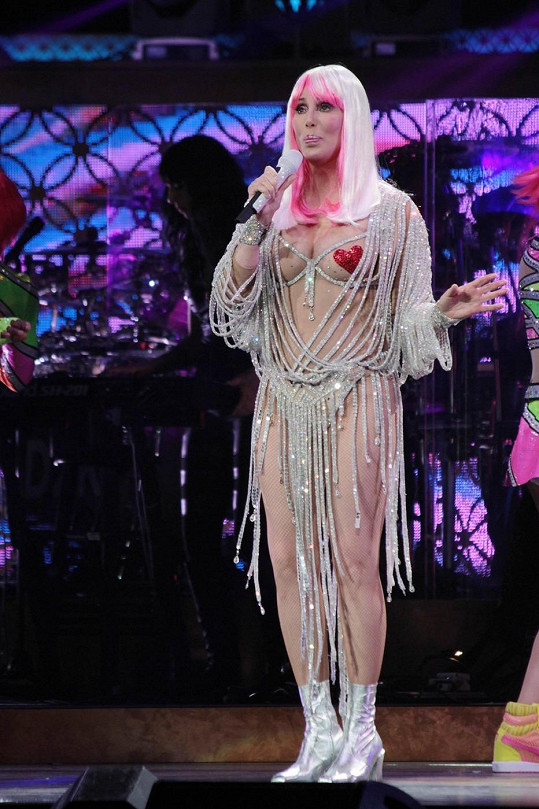 Cher odhalila ňadra a bradavky zakryla srdíčky.