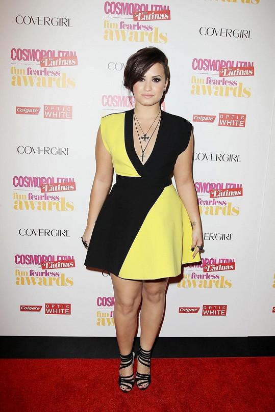 Demi Lovato dokáže mírnou naváhu skvěle maskovat.