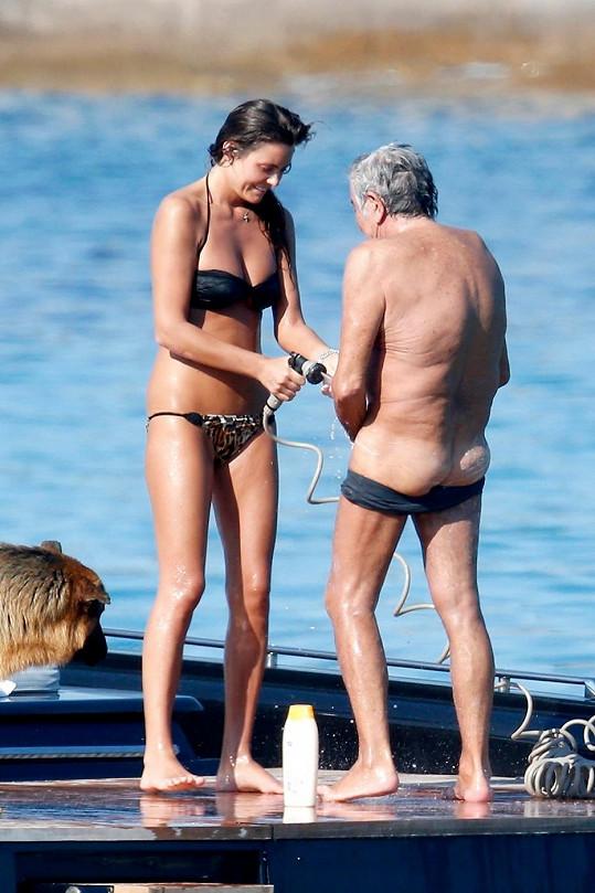 Roberto Cavalli se nechává omývat svou krásnou přítelkyní.