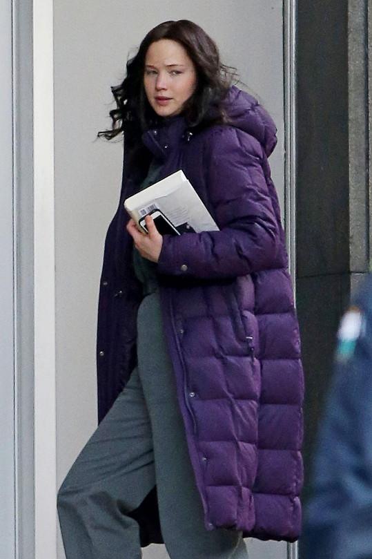 Jennifer Lawrence přichází na natáčení, kde bude Philip Seymour Hoffman chybět.
