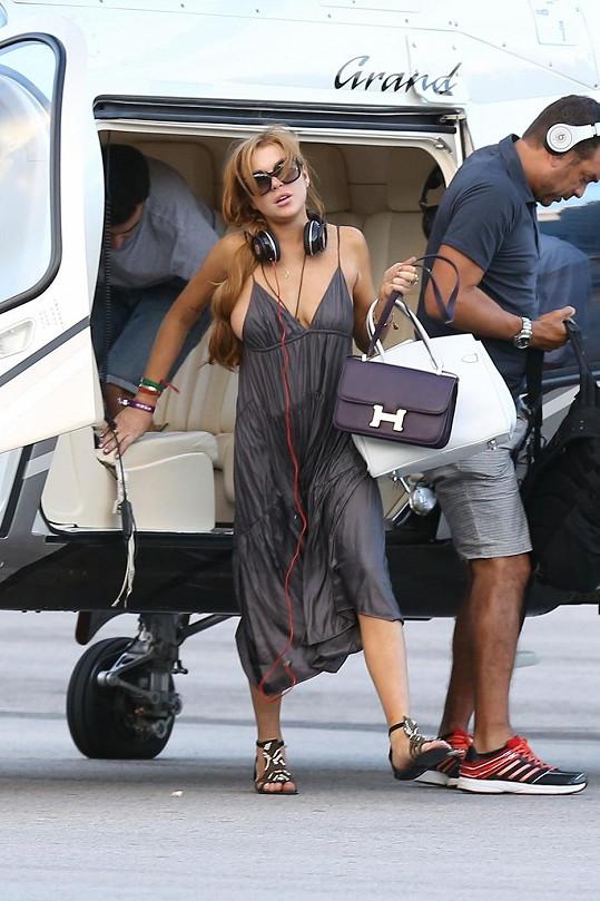 Lindsay Lohan dosedla s vrtulníkem na heliport na brazilském ostrově Florianópolis.