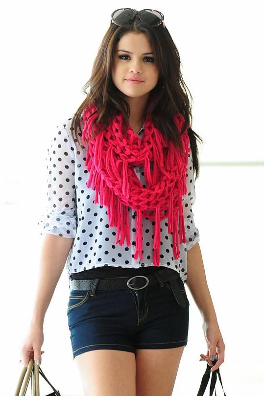 Selena Gomez, jak si ji každý vybaví.