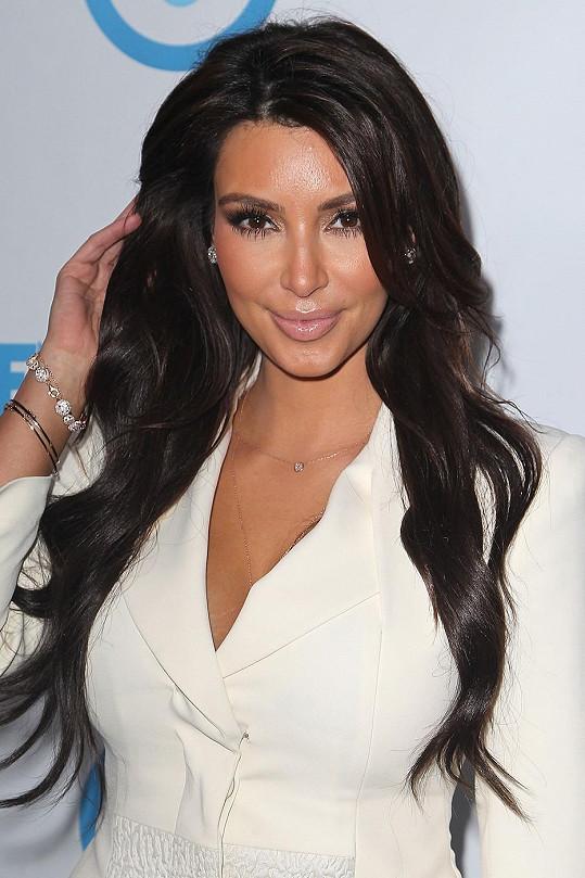 Ke všem ženám z Kardashianovic klanu však černé vlasy neodmyslitelně patří...
