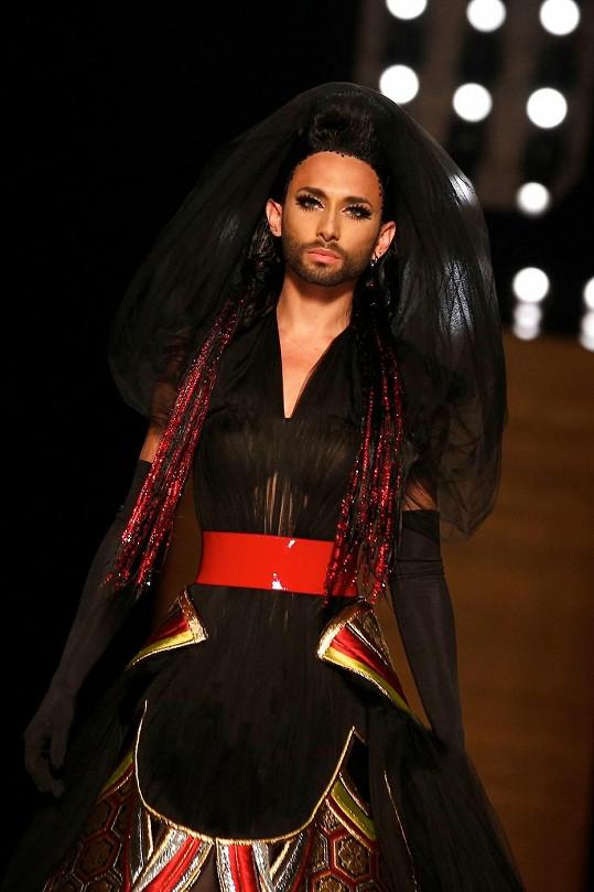 Conchita jako temná nevěsta na své premiérové Haute-Couture přehlídce.