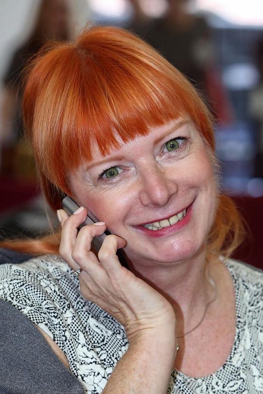 Bára Štěpánová zapózovala s úsměvem. Na své přerostlé chloupky na tváři zřejmě zapomněla.