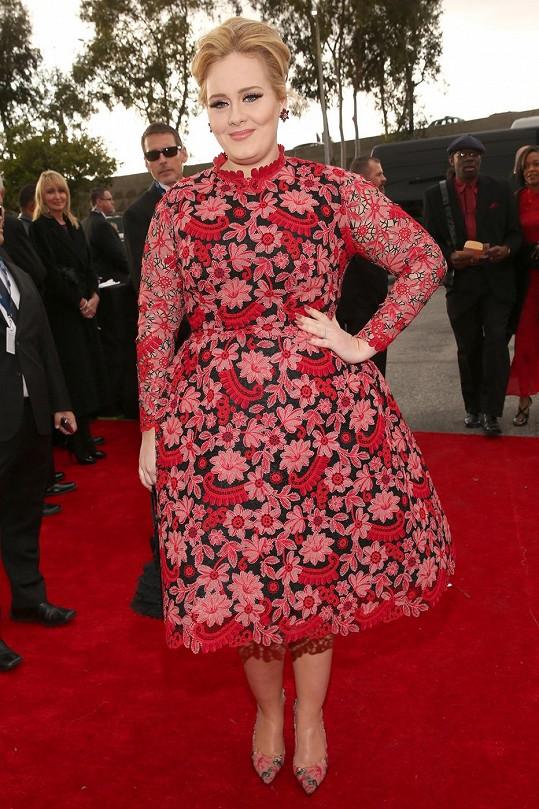 """Při své tělesné konstituci nemá Adele jinou možnost, než zvolit """"áčkovou"""" siluetu šatů. Tento model od Valentina díky svému komplikovanému vyšívání ještě zbytečně přidává na objemu a barva nešikovně splývá s rudým kobercem."""