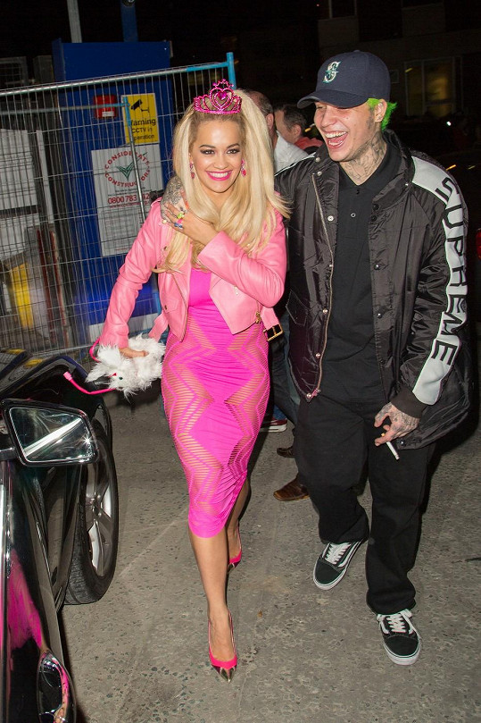 Zpěvačka zvolila kostým ve stylu panenky Barbie.