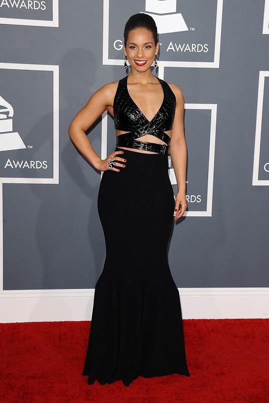Alicia Keys spoutala své někdy neposedné křivky taktéž do šatů Azzedine Alaia v maskovací siluetě mořské panny s dramaticky řešeným překříženým živůtkem z krokodýlí kůže. Zpěvačka šaty doplnila střevíčky Jimmy Choo a šperky s detaily hada od Lorraine Schwartz.
