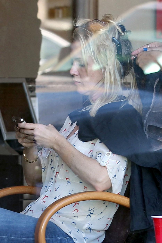 Jennie Garth při úpravě vlasů v salónu.