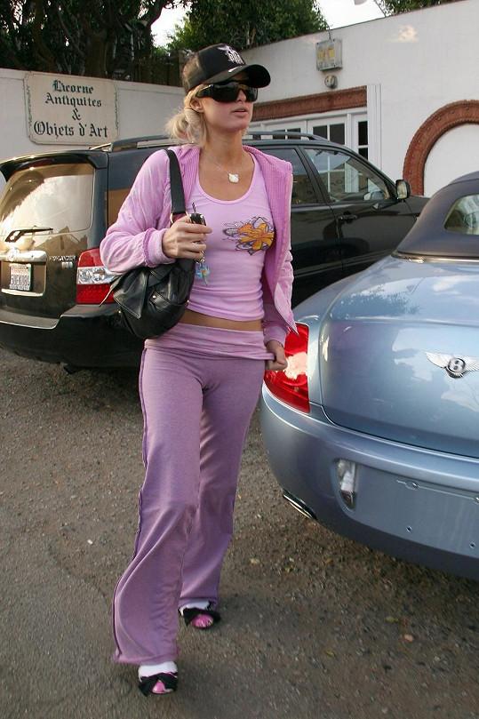Paris Hilton je nepřehlédnutelná i v teplákách.