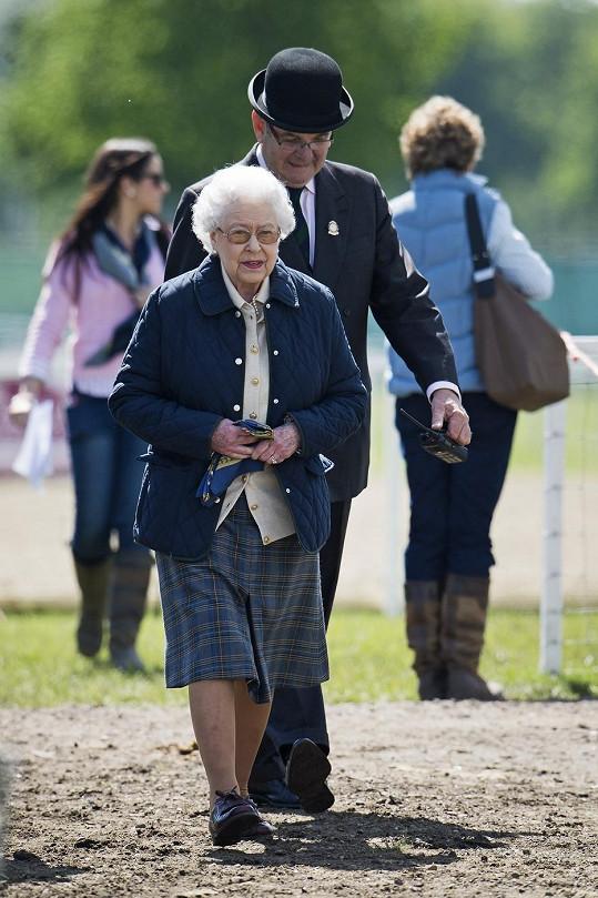 Její královská Výsost v zahradách hradu Windsor