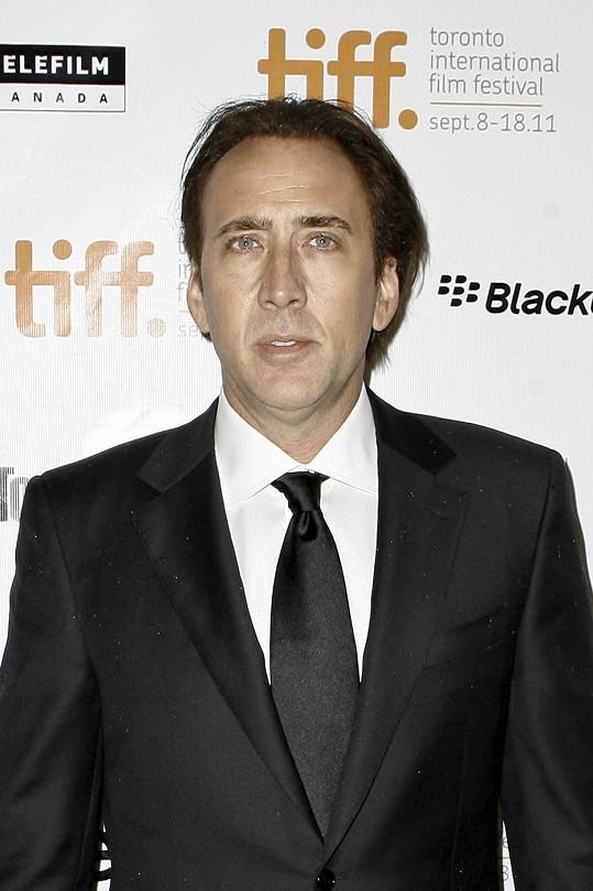 Nicolas Cage údajně nepřežije rychlou jízdu na snowboardu a následný náraz do stromu.