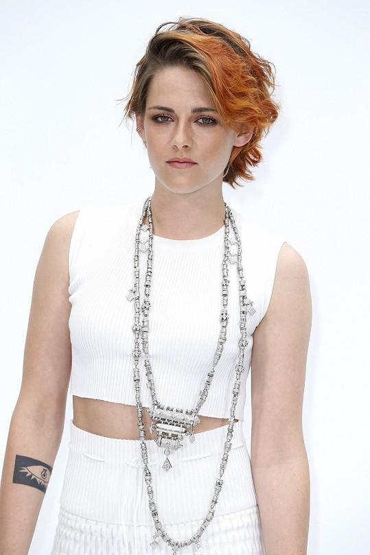 Herečka před dvěma týdny na přehlídce Chanel