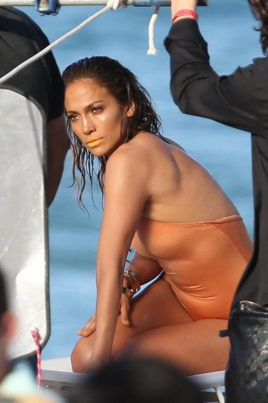 Jennifer sluší i mokré vlasy.