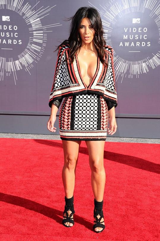 Manželka rappera Kanyeho Westa se obrnila až příliš velkou dávkou sebevědomí, když si oblékla toto korálkové pončo v indiánském stylu od Balmaina. Koktejlové šaty z Resort kolekce pro rok 2015 jsou určené pro nositelku, která není vybavena velkými nárazníky.