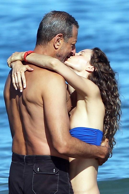 Známý herec se svou o 31 let mladší manželkou.