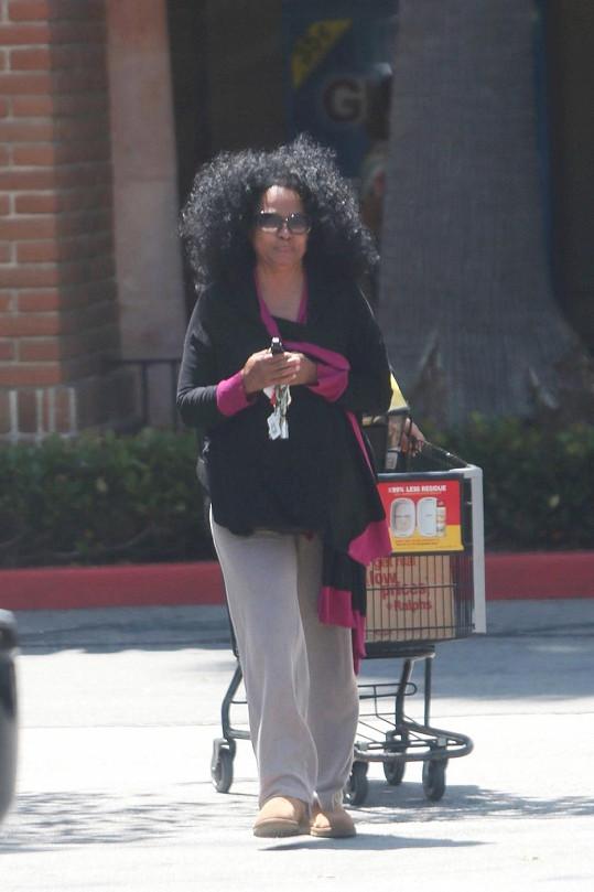 Zpěvačka chodí nakupovat se svou asistentkou.
