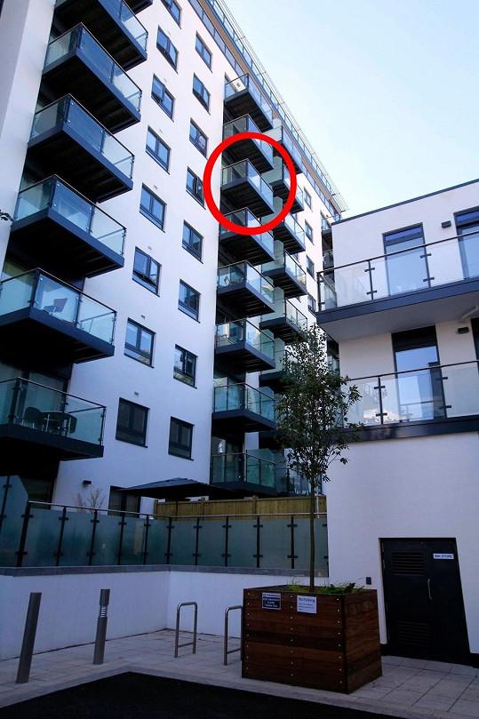 Hotelový balkon, ze kterého dvojice teenagerů vypadla.