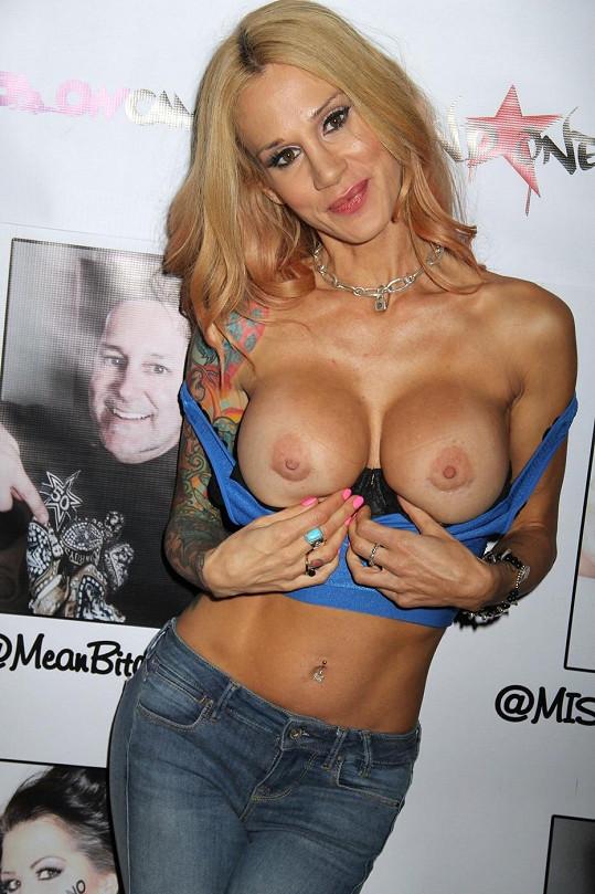 Sarah Jessie ukázala na oslavě obě prsa.
