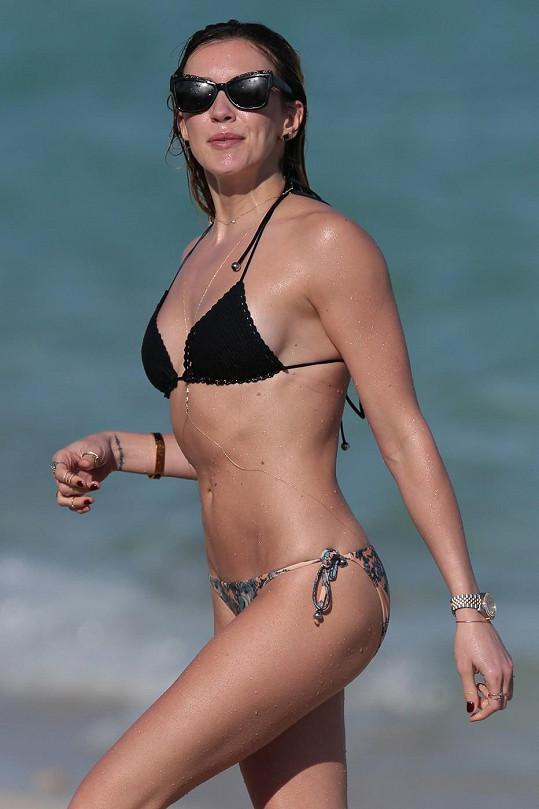 Katie Cassidy byla na pláži nepřehlédnutelná.