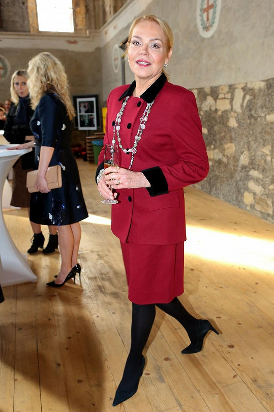 Dagmar Havlová se oblékla do červeného kostýmku.