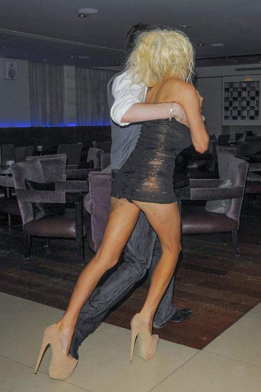 Americká rádoby celebrita ukázala kromě kalhotek i stehna a boky samou modřinu.