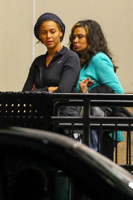 Beyoncé jako šedá myška se svou odměřeně vypadající maminkou Tinou.