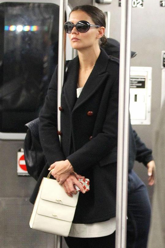 Katie Holmes se maskuje brýlemi.