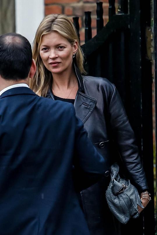 Kate Moss vyráží do ulic Londýna bez make-upu celkem pravidelně.