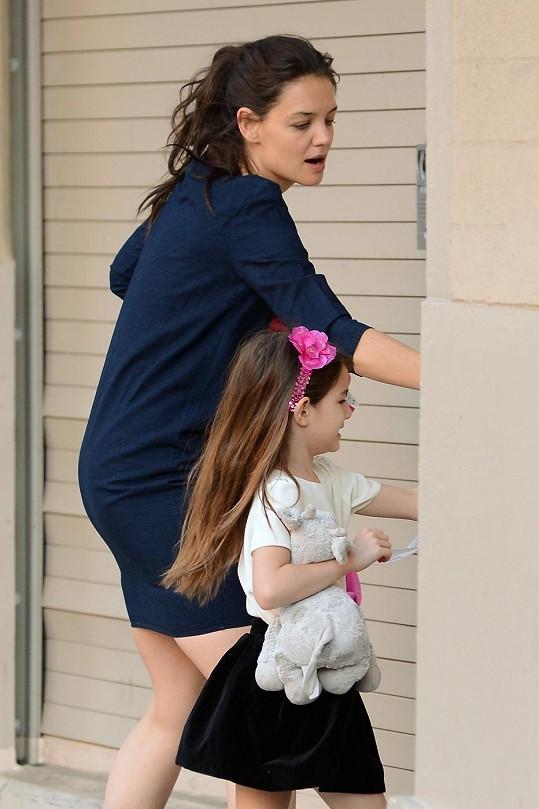 Herečka doprovázela dceru Suri do školy.