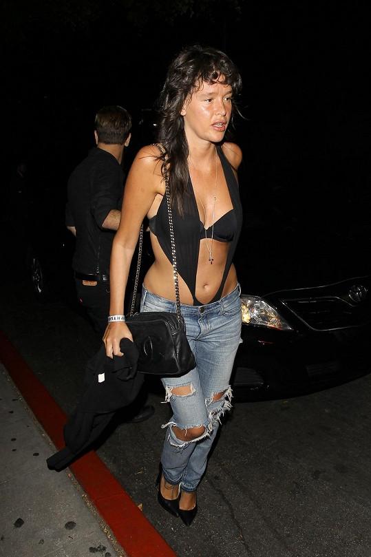 V tomhle outfitu by do ulic nevyrazila ani prostituka béčkové kategorie.