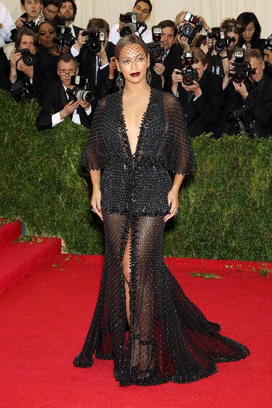 Velmi divoce působila Beyoncé v korálkové róbě Givenchy Couture ozdobená šperky Lorraine Schwartz. Detaily na šatech jsou okouzlující, stejně tak jako rty v odvážné vínové barvě, které vynikají díky jemnému zlatému lesku kolem očí.