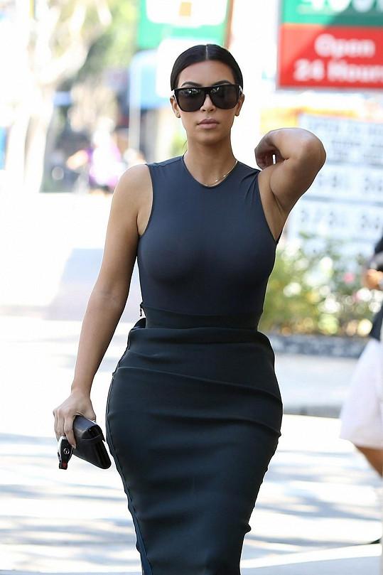 Kim v těsných šatech